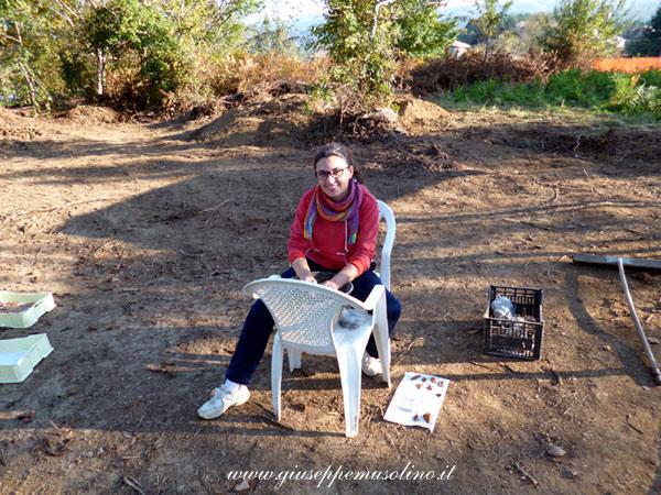 La volontaria Elisa Marasco al lavoro con frammenti appena ritrovati