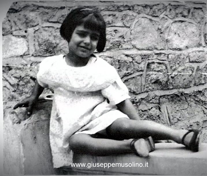 Dalida a 3-4 anni sulla terrazza della casa natale del Cairo