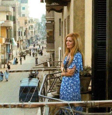 Dalida visita la sua casa natale a Choubra (Cairo) nel 1976