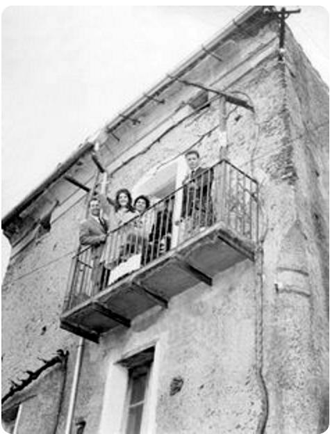 Dalida  nella casa dei parenti a Serrastretta