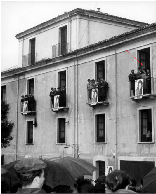 Dalida sul balcone a Serrastretta